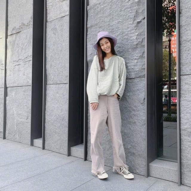 原创范玮琪哪像43岁,穿上白色荷叶袖衬衫和百褶裙,依旧如少女!