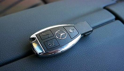 车钥匙被锁车里,只能砸玻璃 老司机 别犯傻,车上有个 机关