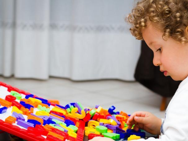 自我意识强_两岁的宝宝出现叛逆行为,育儿专家:让孩子平稳度过叛逆期不难
