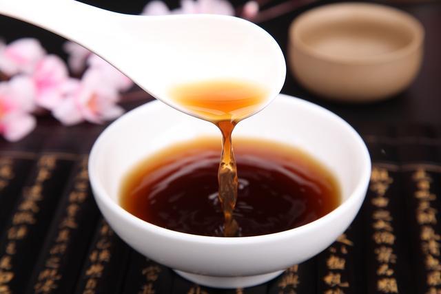 红糖补铁补血蜂蜜养颜通便抗癌 那么蜂蜜红糖水有什么作用?