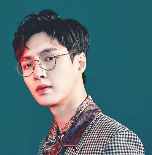 男明星戴上眼镜更迷人,王俊凯变成熟,易烊千玺是真帅