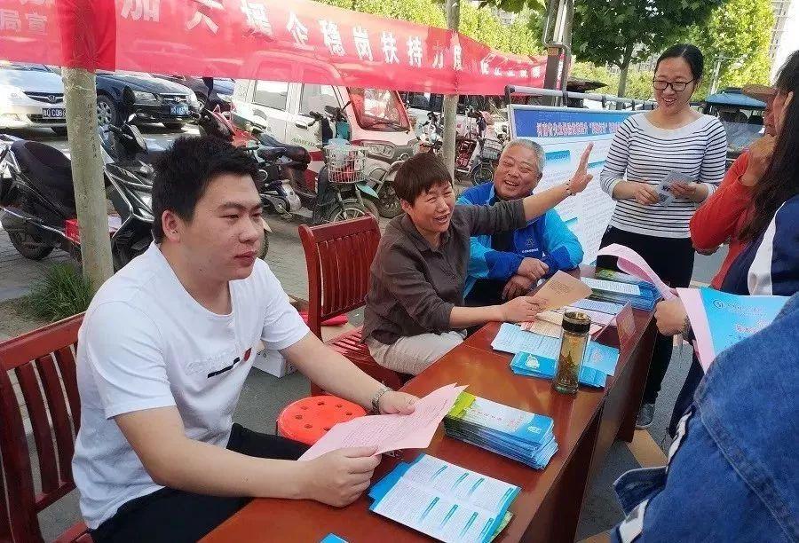 新蔡县总工会联合县人社局开展劳动争议仲裁法律法规政策宣传活动