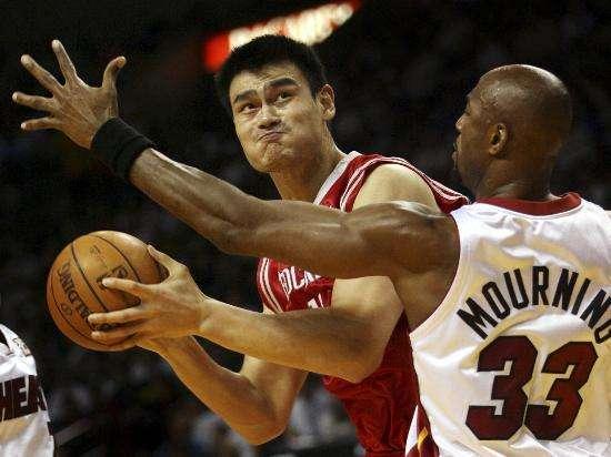 姚明曾12投全中,另一位中国人也曾12中9,打爆最佳防守球员