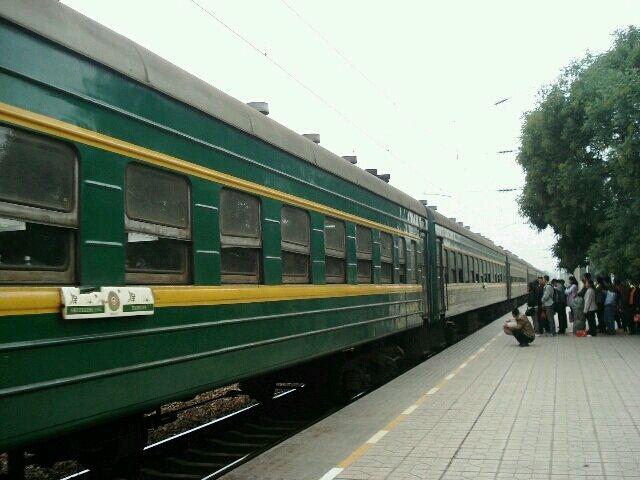 火车的卧铺分为上中下位置,乘务员提醒:坐火车卧铺时,女生最好