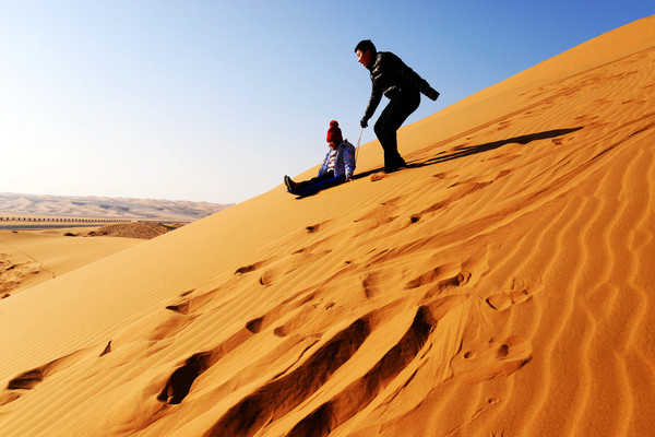 南方人见不得北方的沙子,在腾格里沙漠玩疯了