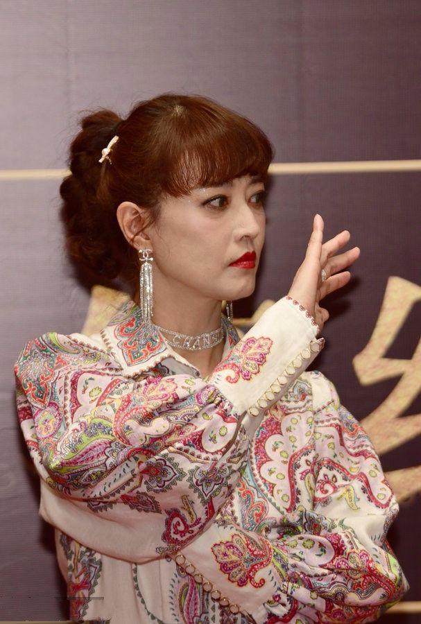 原创            周海媚近照宣传电影,齐刘海十分少女,可脸上赘肉皱纹太显眼!