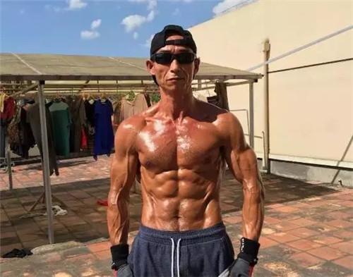 <b>健身17年秒杀彭于晏 这个肌肉大叔什么来头</b>