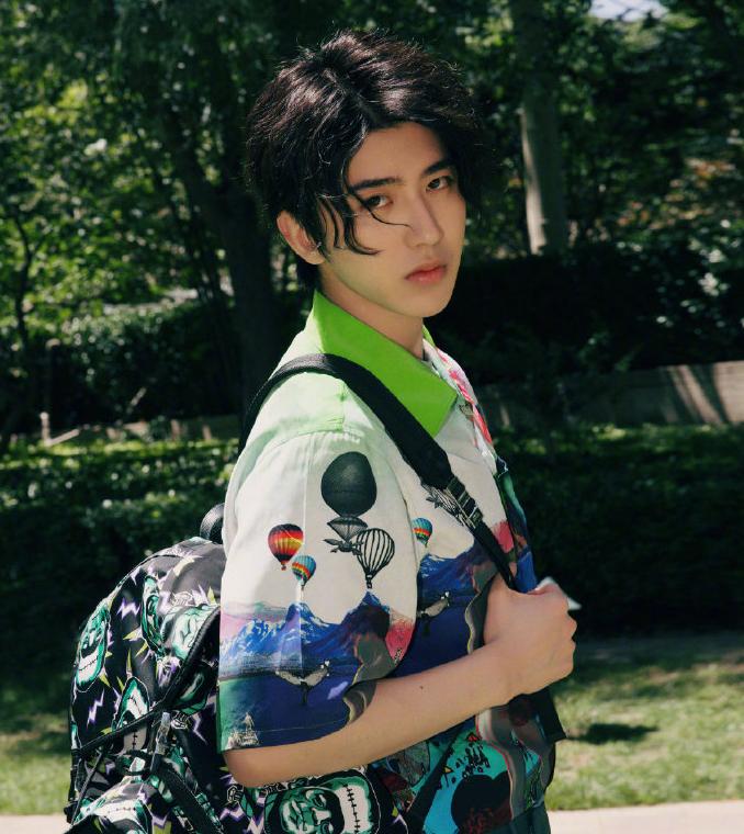 蔡徐坤最新时尚大片曝光,花衬衫配双肩包,夏日少年没错了