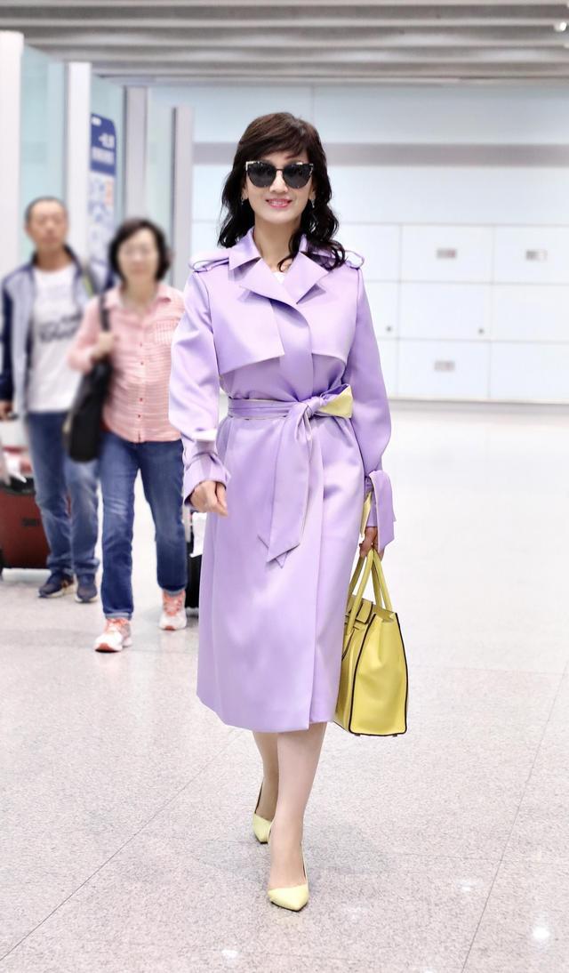 """64岁赵雅芝有多会穿?把风衣变成了""""彩虹"""",难怪这么时髦又减龄"""