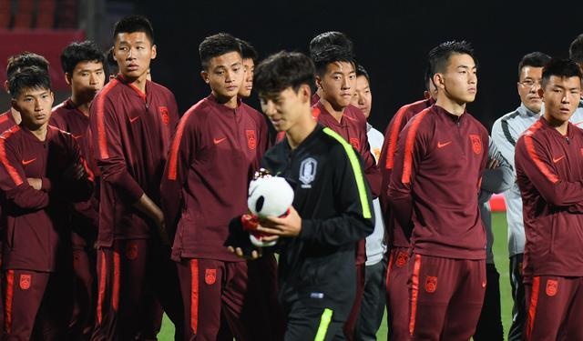 气愤却无力!国青球员谈奖杯被踩:韩球员欠揍