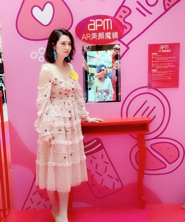 洪欣新综艺造型也太少女了,从裙子到T恤都很减龄,哪像48岁?