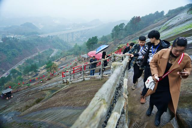 """乡村旅游网:重庆有座""""最惊险""""古寨,建在260米石头上,进寨如同攀岩"""