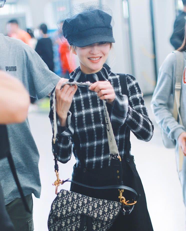 张韶涵太时尚了,报童帽搭配格纹花边衬衫,显得非常年轻可爱