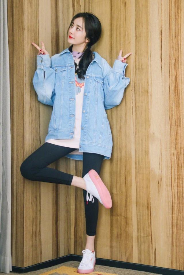 杨幂穿粉色机车服很减龄,配长t恤更时髦,扎马尾辫哪像33岁辣妈