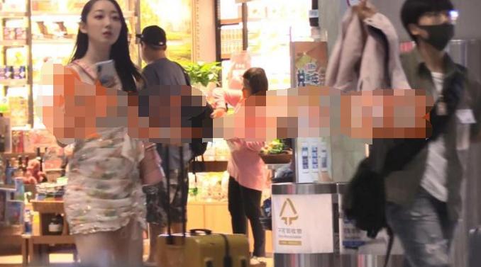 赵丽颖杨幂昔日给她做配角,如今穿超短裙亮相机场无人识