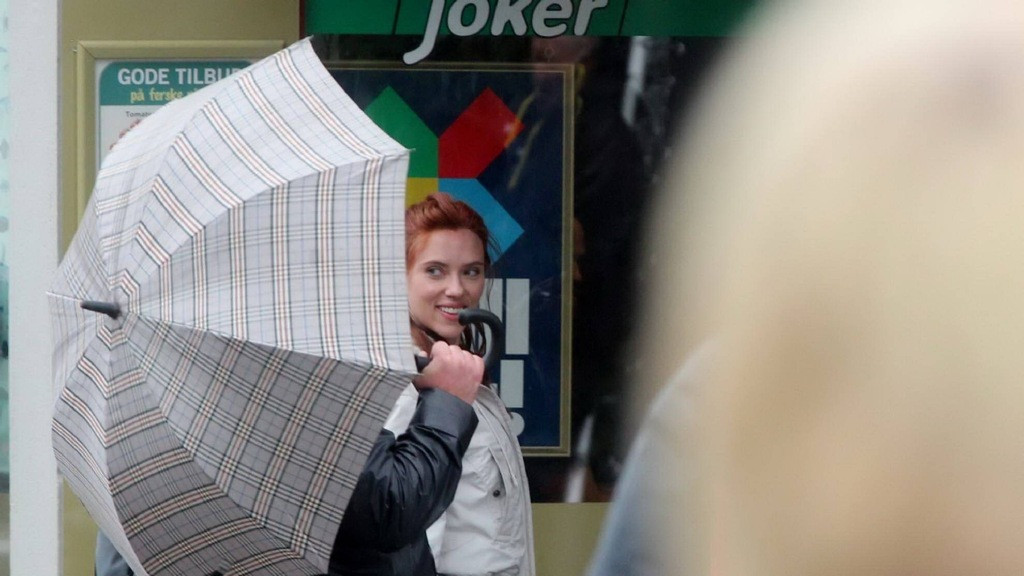 《黑寡妇》曝光大量挪威片场照,红发寡姐穿白色外套逛街