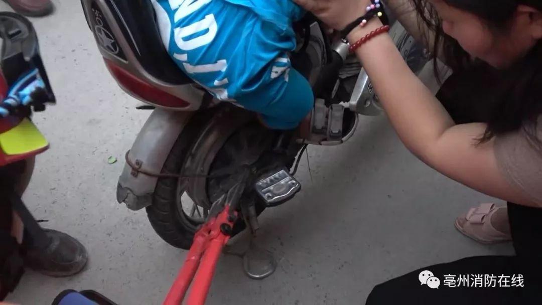 3岁男童脚卡电动车,消防员用上扳手撬棍都难解救,最后图片