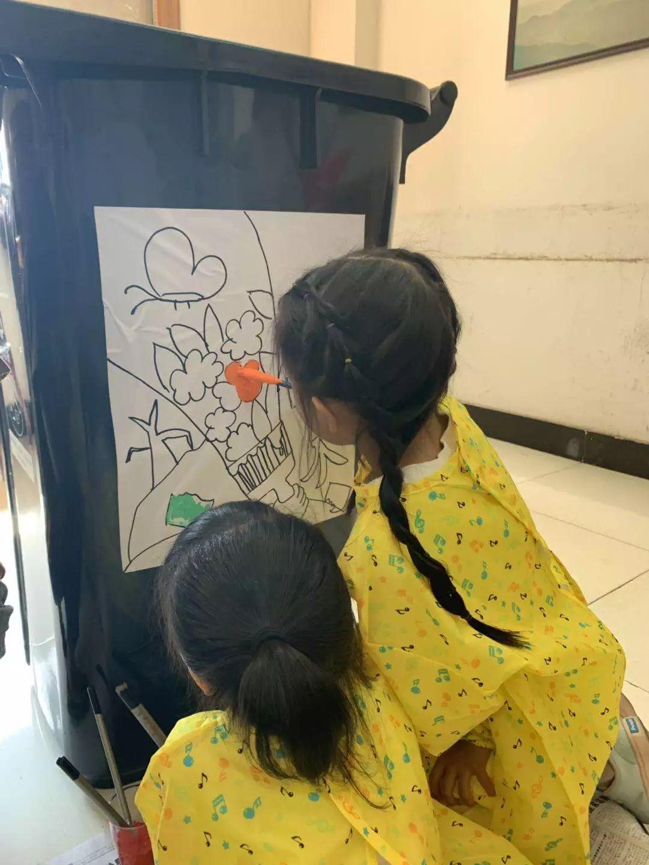 【分出新时尚】垃圾分类有创意,文明小卫士童心妙笔让垃圾桶变得美美图片