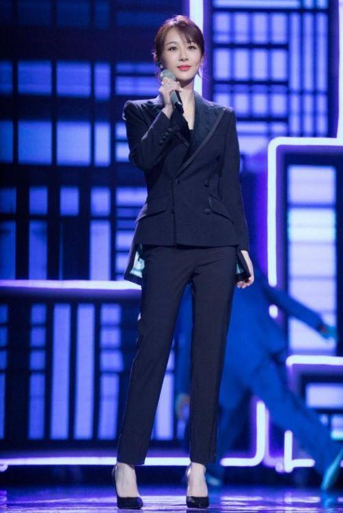杨紫再穿西装依旧惊艳,一身西装连体裤干练知性,瘦下来果然任性