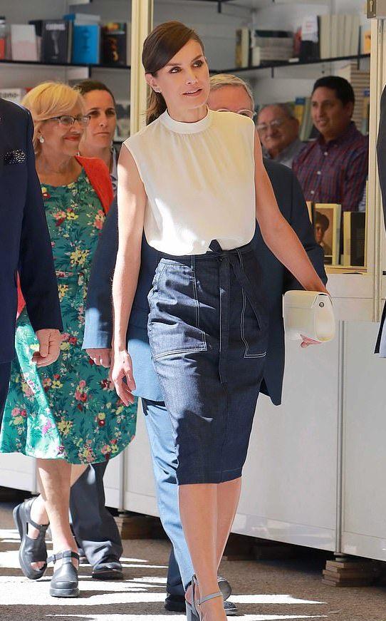 西班牙王后扎马尾青春洋溢啊!1千5白上衣配牛仔裙,真看不出46岁