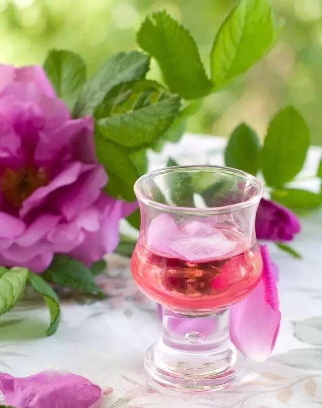 --食材-- 玫瑰花的品种一般选用野玫瑰,而不是花店的观赏玫瑰。准备干玫瑰花约250(鲜玫瑰花约350)克,白酒约1500毫升,冰糖约250克。 --做法-- 将玫瑰花、冰糖、白酒同时放入酒罐中陶瓷或玻璃(不能用塑料),密封浸泡一个月左右,即可饮用。