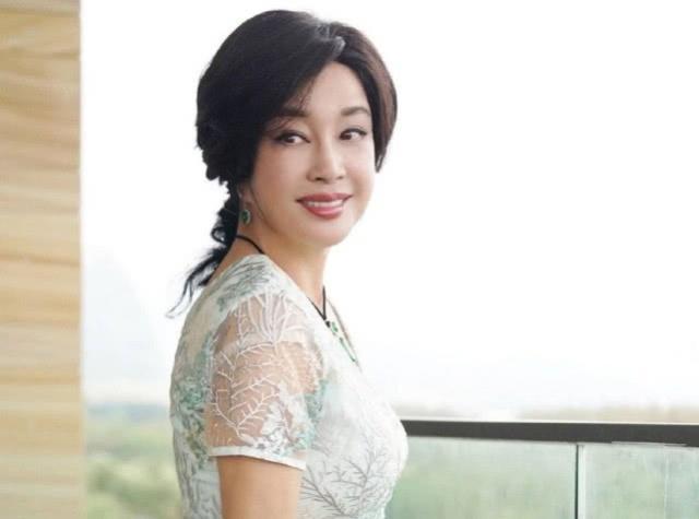 原创            注重保养的刘晓庆,63岁穿着纱裙和运动鞋像个小姑娘!