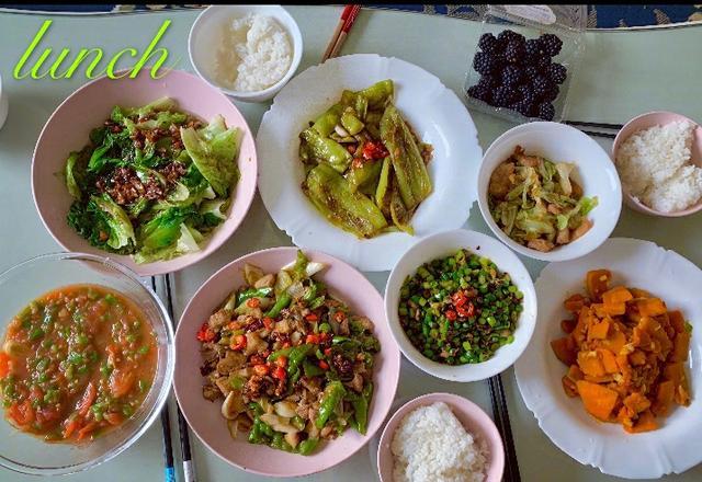 沈梦辰六一给父母做饭,8盘菜秀厨艺,和小鲜肉合影不见杜海涛?