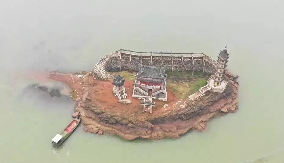 千年的古建筑一年只会现身一次,其他时间浸泡在水中不见天日