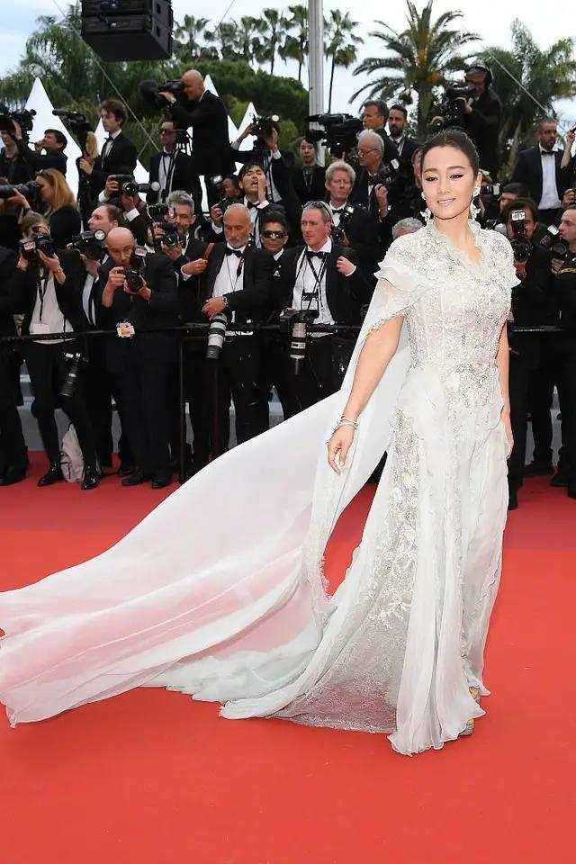 巩俐现身芬迪活动,穿镂空裙秀腰闪耀全场,戴婚戒女王也变小女人
