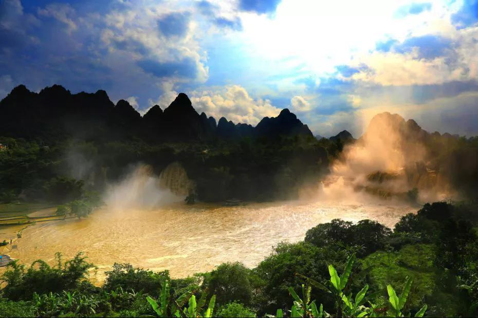 """东南亚最大的天然瀑布,呈现""""黄金瀑布""""景观,你看到了吗?"""