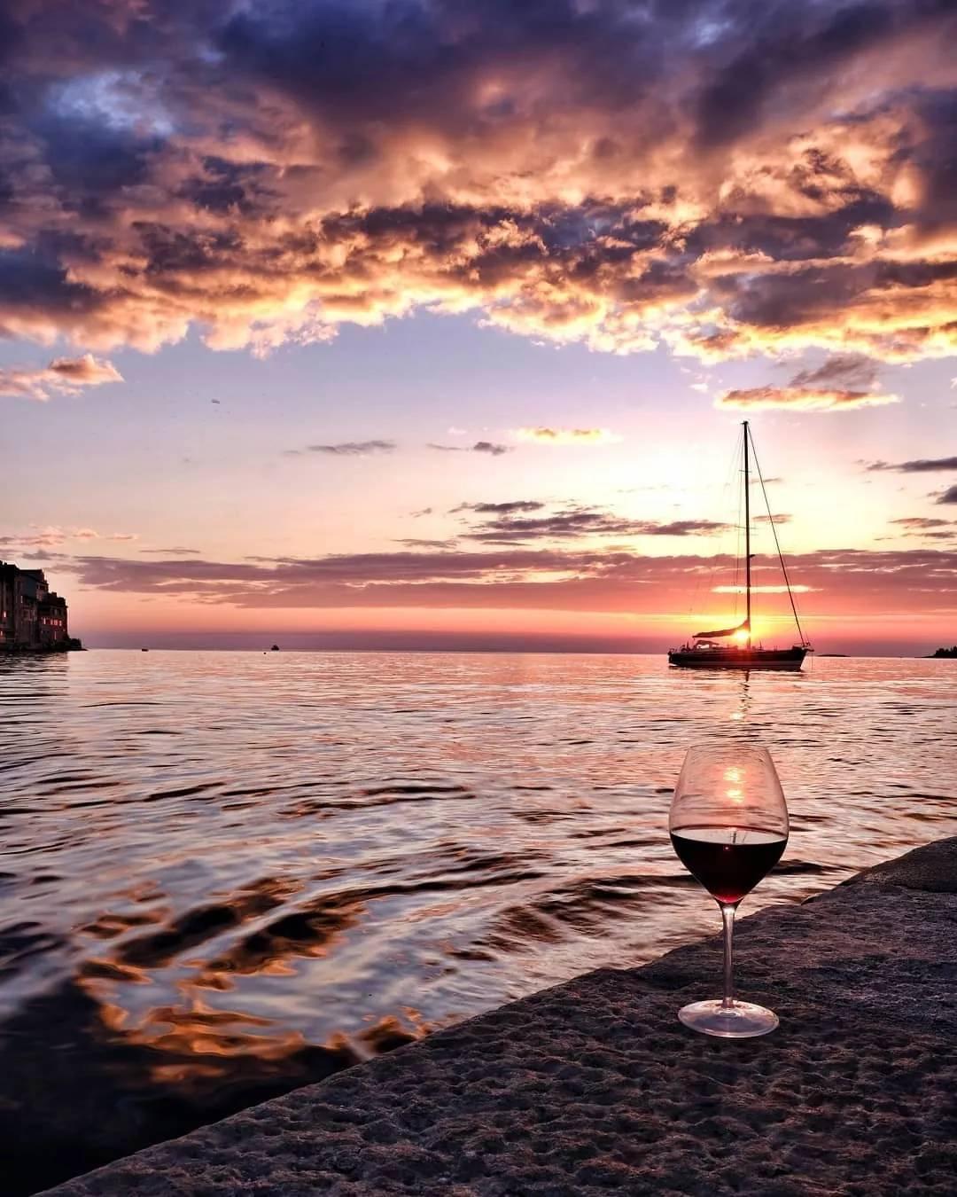 疯狂与浪漫并存的国家:夜晚亮起太阳,用海水演奏乐器
