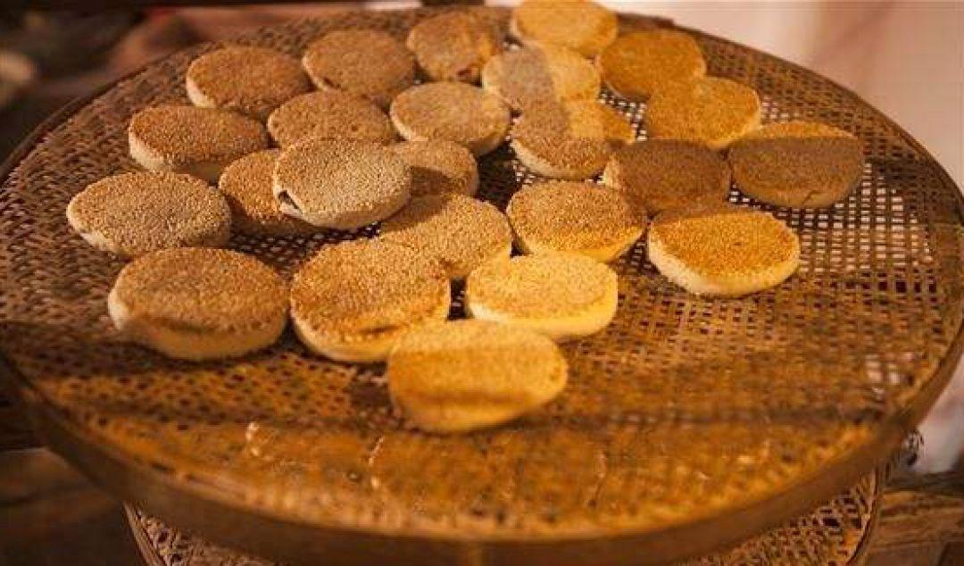 """衢式月饼   衢式月饼是衢州的汉族特色中秋节食品,其特点是以芝麻为重要原料,所以衢式月饼也被称为""""衢州麻饼"""