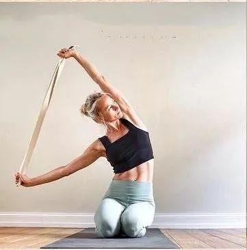 瑜伽牛面式双手背后扣不上?练完这10个动作再试试!图片