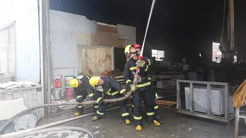山西太原市晋源区康培石材城一库房发生火灾