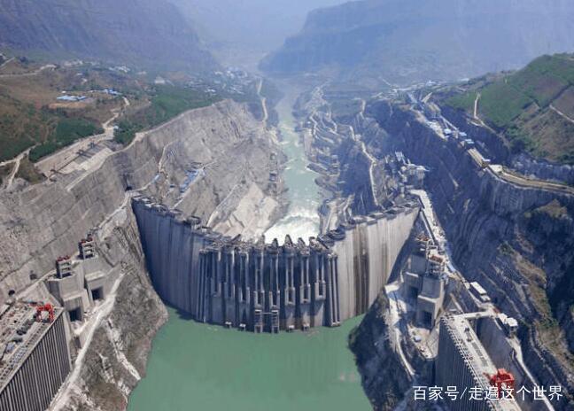 长江上游金沙江上,白鹤滩水电站建设如火如荼.图片