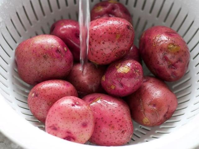 原创             土豆这样吃太过瘾了,香辣够味,一餐能下一大盘饭