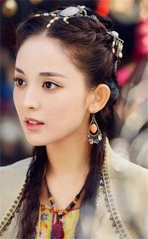 同样是侧颜照:郑爽清秀,迪丽热巴完美,她最吸引人!