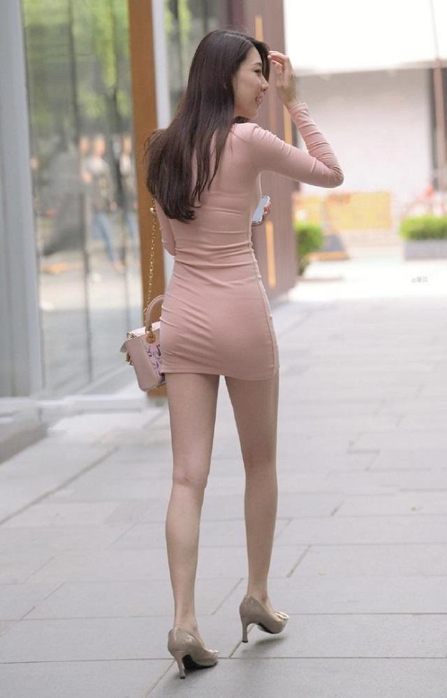 爆笑GIF圖:妹子,不合身的衣服還硬要穿出來的尷尬就是這幺來的