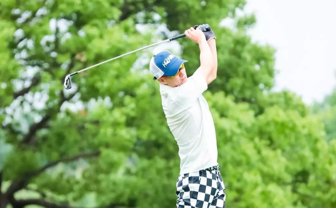 喻渭蛟将绣有上海市浙江商会高尔夫球队专属logo的队旗授予 林凯文