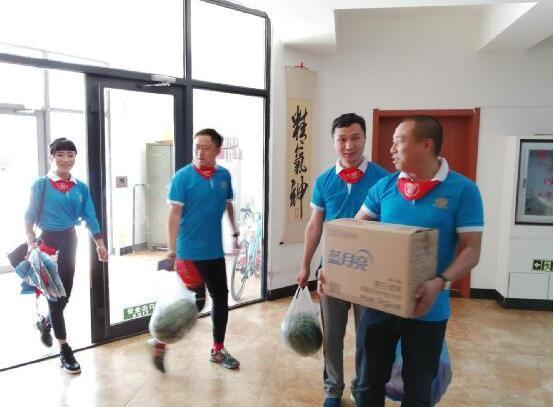 哈尔滨冰企鹅同学会带领部分企业家志愿者慰问哈西万福康年养老院