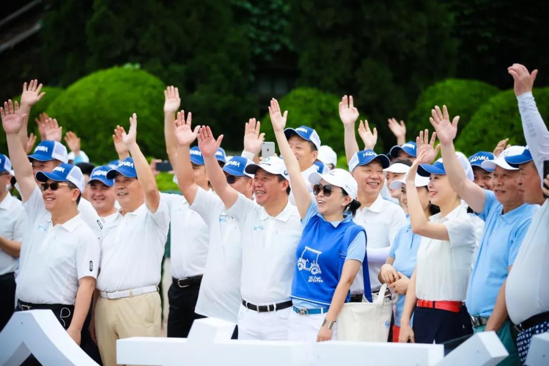 喻渭蛟将绣有上海市浙江商会高尔夫球队专属logo的队旗授予 林凯文图片
