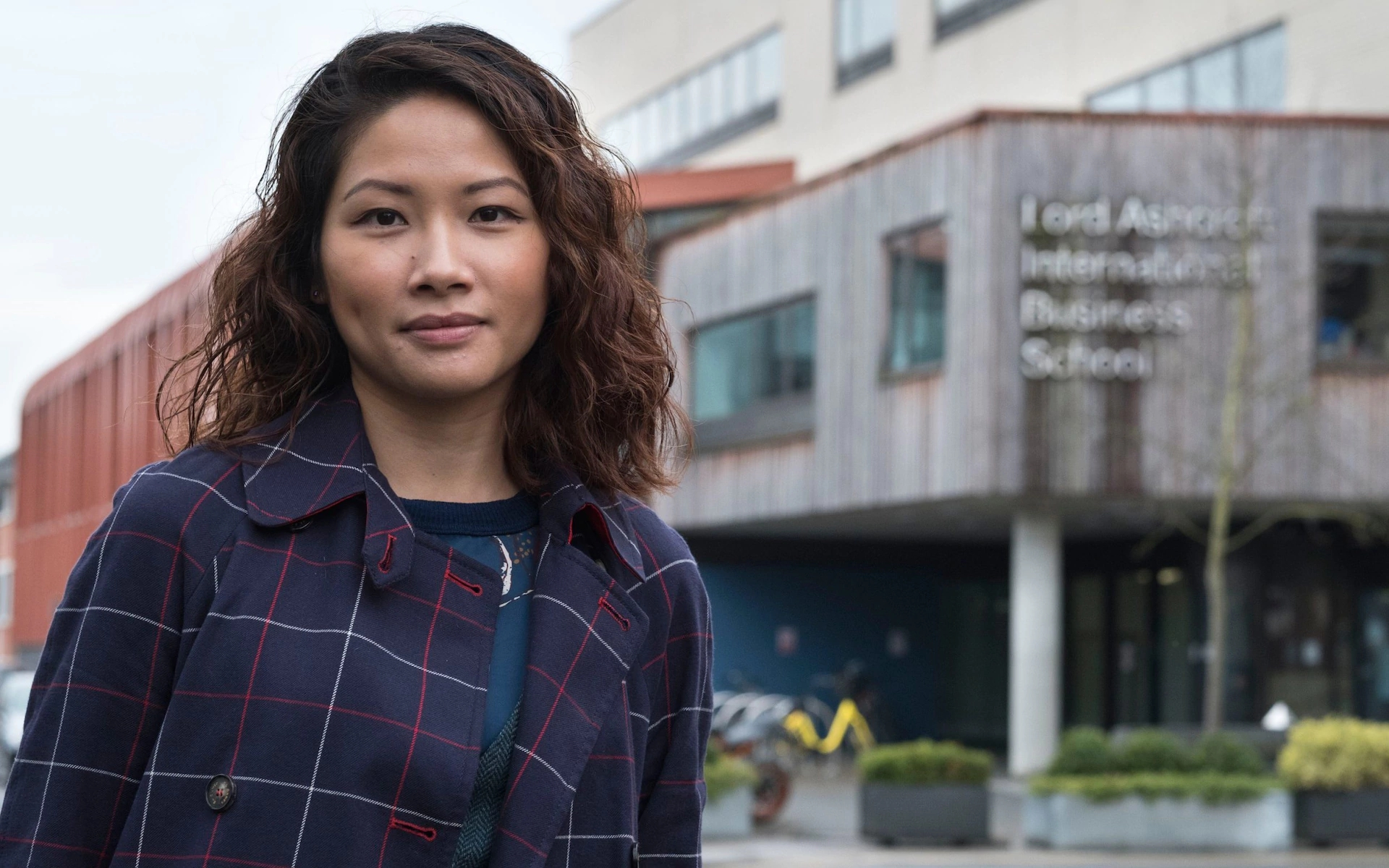 毕业找不到工作,中国女留学生向英国大学索赔
