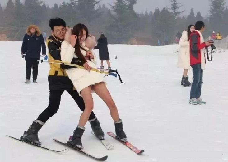 搞笑GIF:妹子,别人来滑雪都是把衣服穿得厚厚的,为何就你这幺特殊。