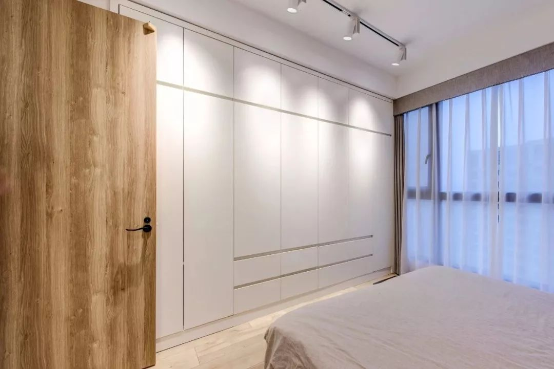主卧室满墙衣柜设计图 媲美衣帽间收纳满分