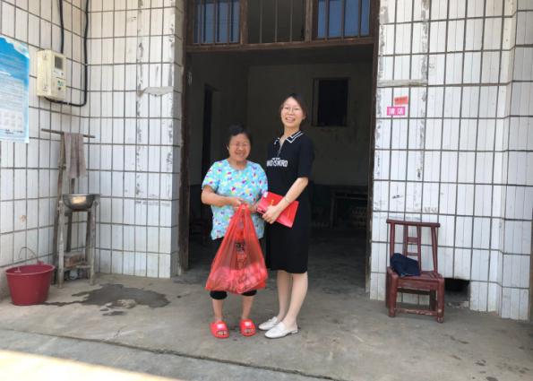 宁乡市资福中心幼儿园教师端午节前再次走访结对帮扶贫困户