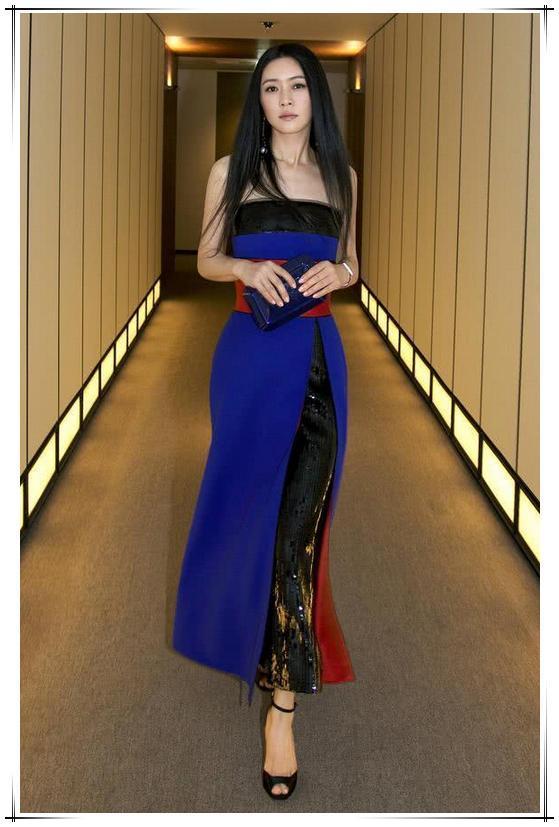 田海蓉自从换上黑长直衣品一路开挂,穿两条裙子美的高调,太女神