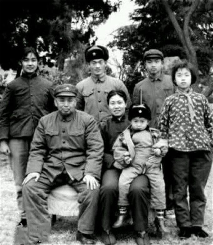 许世友将军评价粟裕_老将军们的全家福,多是一身戎装,个个都很纯朴_一家
