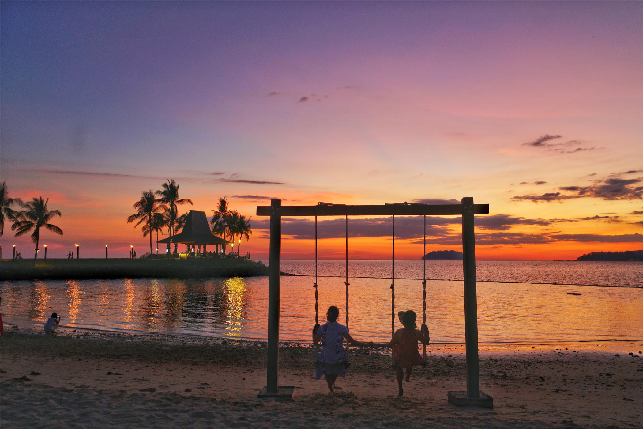 这里的丹绒亚路海滩日落,是全球最美的三大日落之一,椰子树在岸边的风