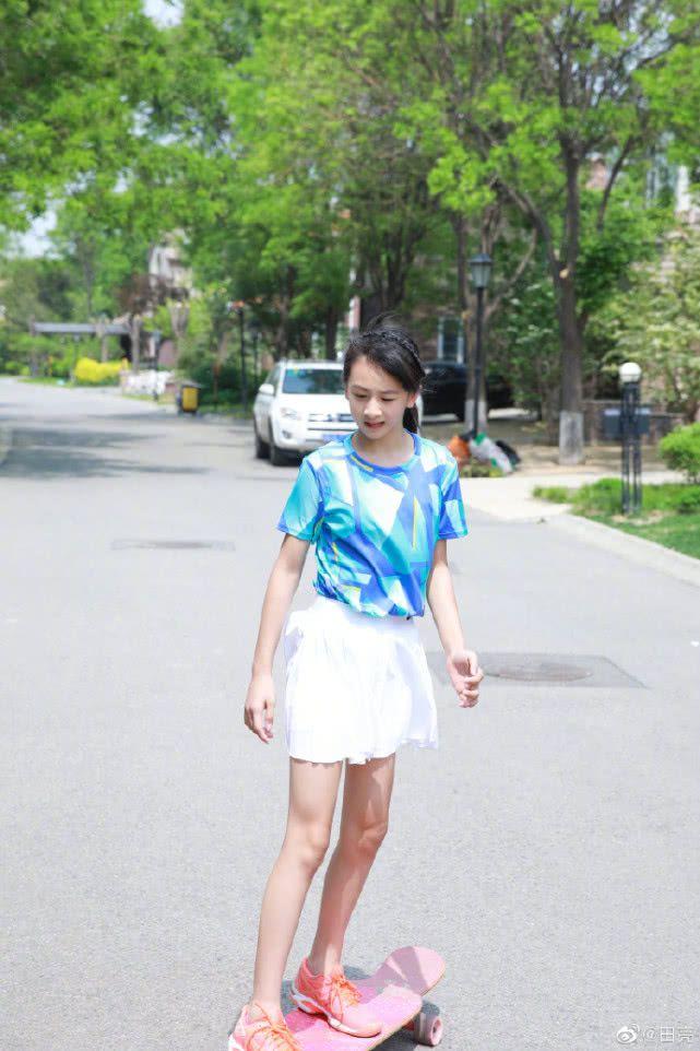 森碟穿短裙滑滑板,这腿简直了,她才11岁呀!