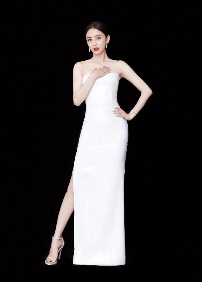 佟丽娅最新封面曝光,呈现360度无死角多次元魅力,眼神也是戏!